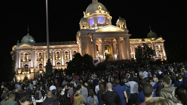 Хиляди протестиращи се събраха в столицата на Сърбия Белград тази