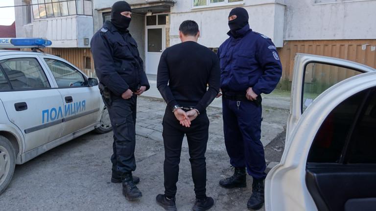 Оставиха в ареста 51-годишен, блудствал с дъщеря си