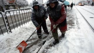 Сняг и вятър сковаха страната