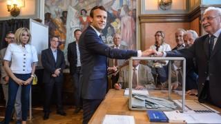 Партията на Макрон печели убедително изборите във Франция