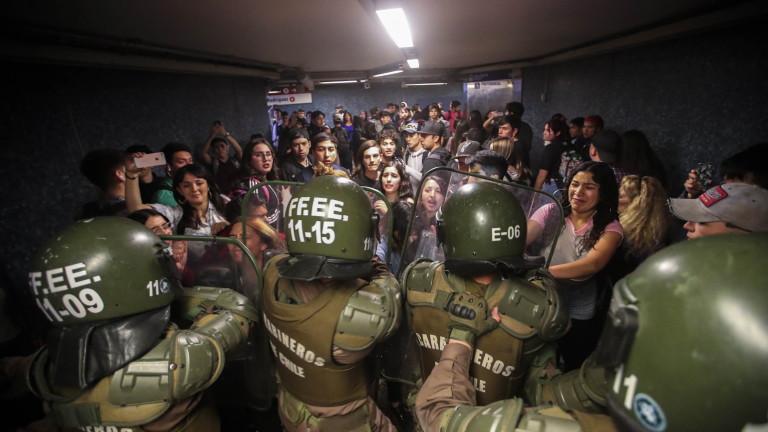 Ескалирало насилие на протести принуди властите да обявят извънредно положение