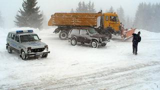 Пътищата в страната са заснежени и заледени