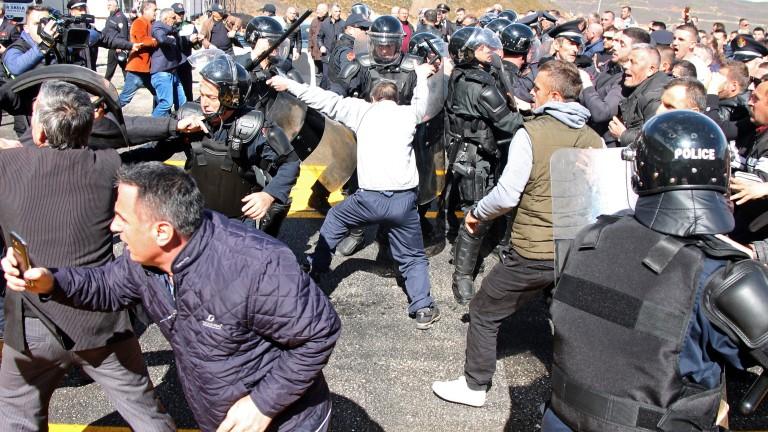Опозицията в Албания блокира пътища в протест срещу правителството
