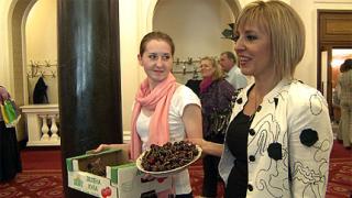 Кюстендилски череши за медиите в парламента