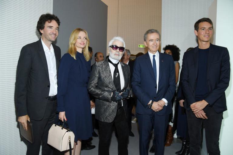 Арно с дъщеря си, двама от синовете си и с дизайнера Карл Лагерфелд