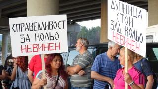 """Работници на сметището под """"Струма"""" протестират в защита на началника си"""