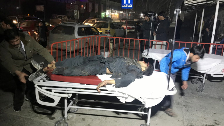 Четирима загинали и стотици ранени при атентат на талибаните в Афганистан