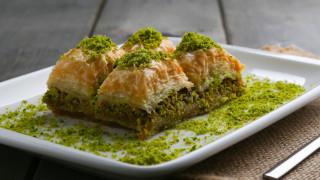 Българите купуват килограми турска баклава заради евтината лира