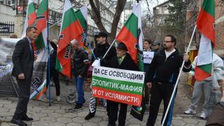 Трибунал за Меркел поискаха протестиращи пред германското посолство у нас