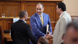 Депутатите приеха на първо четене да компенсират полицаите