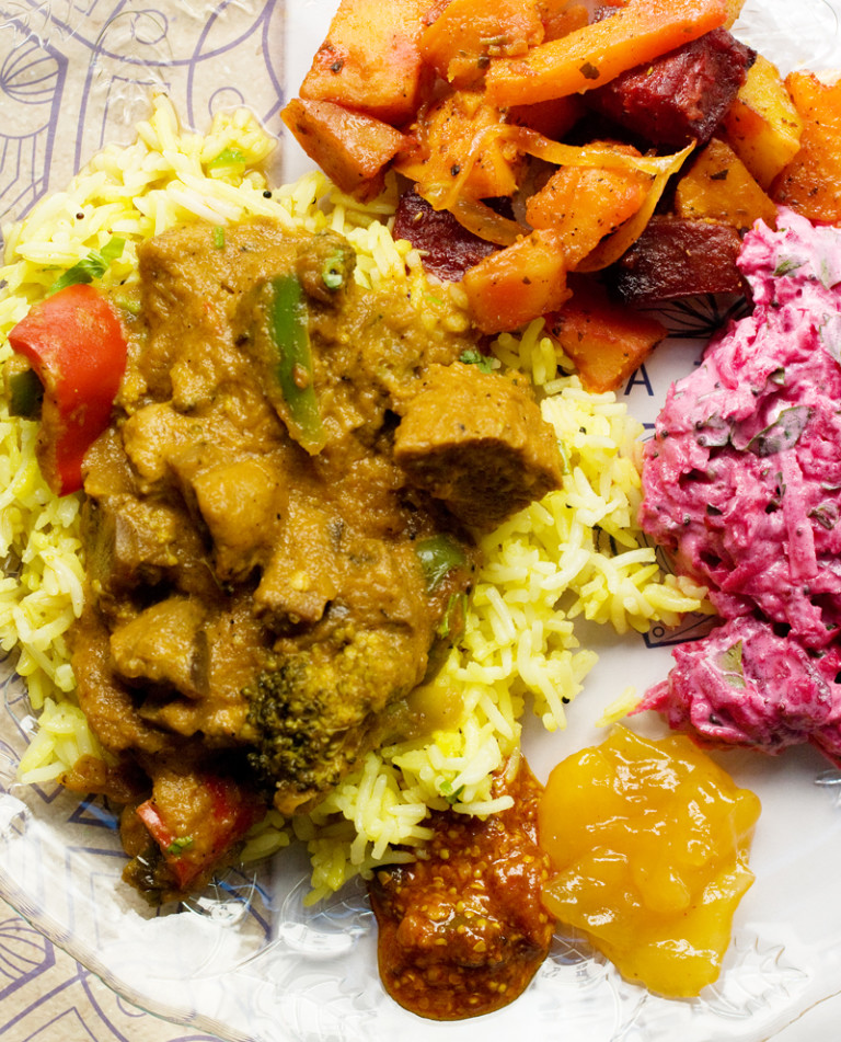 Тика масала със соеви филета и лимонов ориз в добавка пикъл, манго чътни и салата райта с цвекло и черен синап.
