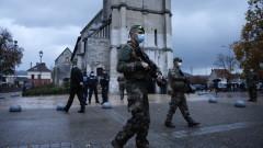 Мъж простреля гръцки свещеник в църква в Лион и избяга