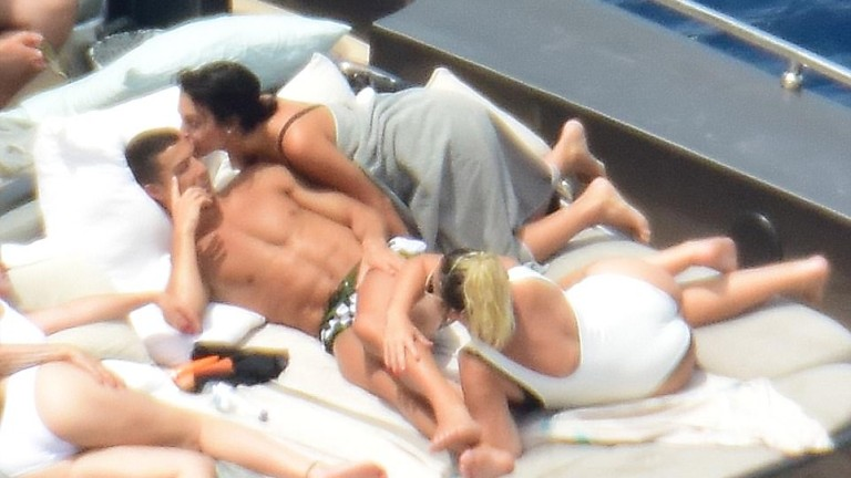 Роналдо на яхта с жени, включително и бременната Джорджина (СНИМКИ)