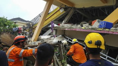 Жертви и ранени след силно земетресение в Индонезия
