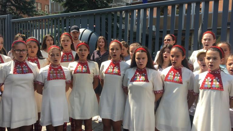 Децата от хора на БНР с протестен концерт