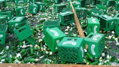 """Десетки каси с бира изпаднаха от камион на """"Тракия"""""""