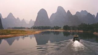 Китай потапя градове, обръща реки