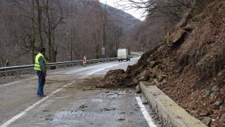 Срутище ограничи движението по пътя Рудозем - Смилян