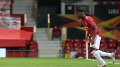 Уейн Рууни взима един от защитниците на Манчестър Юнайтед