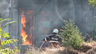 Продължава потушаването на пожарите край селата Поповица и Изворище