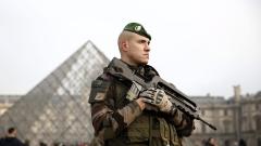 Войник стреля по нападател до Лувъра
