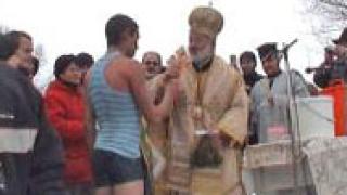 19-годишен извади кръста от р. Марица