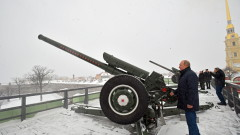Путин стреля с оръдие по Коледа в Русия