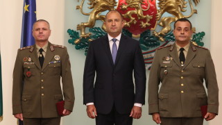 Румен Радев връчи пагоните на двама военнослужещи