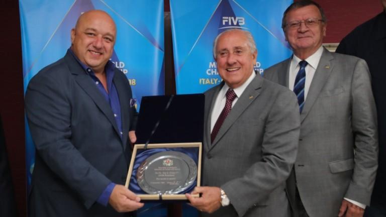 Президентът на Международната федерация по волейбол Ари Граса получи специален