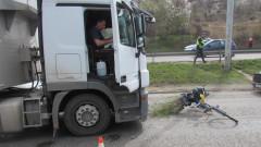 Колоездач е с опасност за живота след сблъсък с тир в Русе