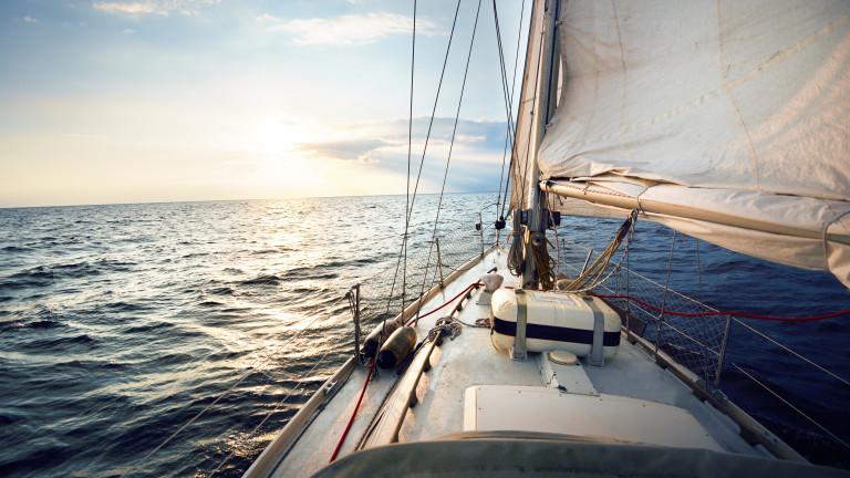 Семейството, разпродало всичко, за да пътува на лодка 364 дни в годината срещу $2500 на месец