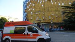 Силният вятър събори фасадата на мол в Благоевград