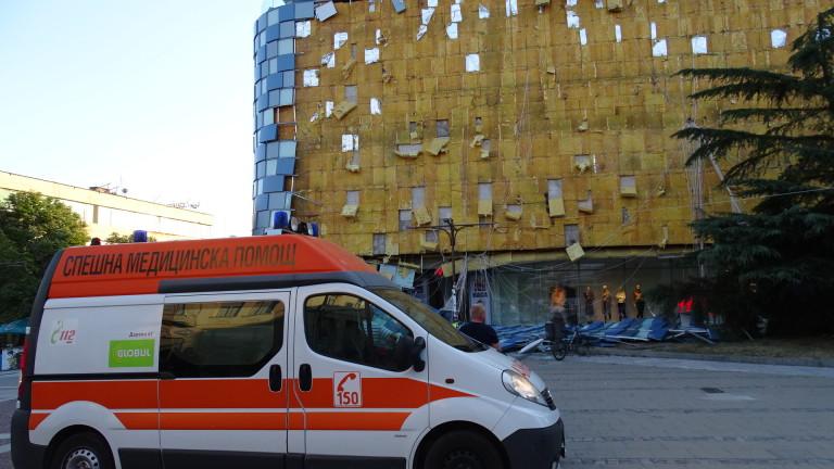 Ураганният вятър събори фасадата на мол в Благоевград. На мястото