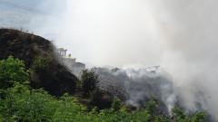 Продължава гасенето на пожара на сметището край Дупница