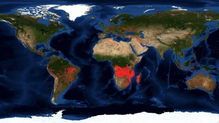 Червената маркировка обозначава локациите на пожарите на двата континента