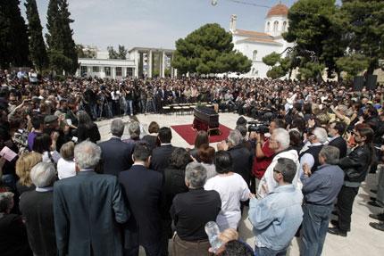 Стотици гърци дойдоха на погребението на самоубилия се пенсионер