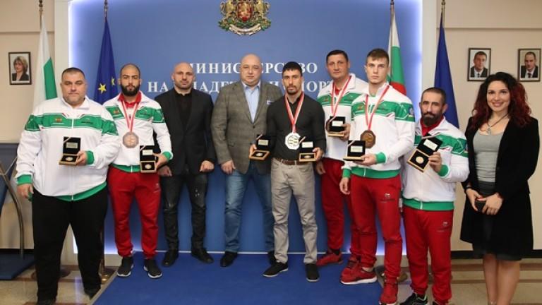 Министър Кралев връчи почетни плакети на медалистите от Световното първенство по ММА