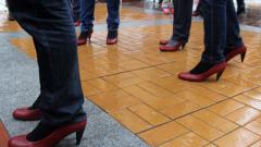 Десетки мъже се разходиха на токчета в центъра на София