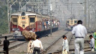 13 души загинаха при сблъсък на влак и микробус в Индия