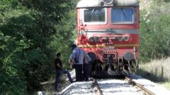 Заловиха локомотивен машинист, докато източва гориво