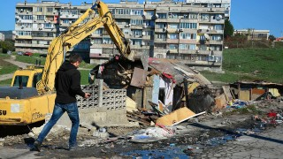 Събориха още 18 незаконни постройки в Максуда