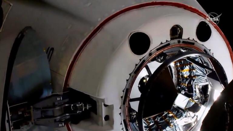 Капсулата на SpaceX Cregon Dragon с двама американски астронавти на