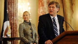 Експосланикът на САЩ в Русия порица Тръмп за реверанса му към Путин