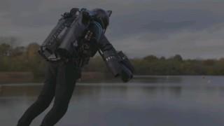 """""""Железният човек"""" полетя над езеро във Великобритания"""