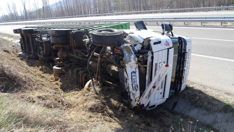 Снимка: Камион със скрап се преобърна на АМ Струма
