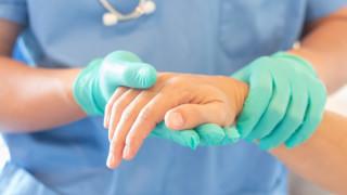 Медицински сестри помагат за раздаването на пенсиите във Варна