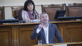 Тропане по трибуната на НС и една студена водичка заради педиатрията в София