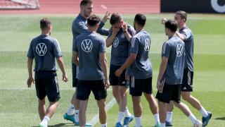 Трима титуляри не тренират с Германия