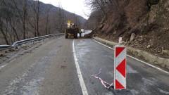 Ново срутване на скали и дървета по пътя за Рилския манастир