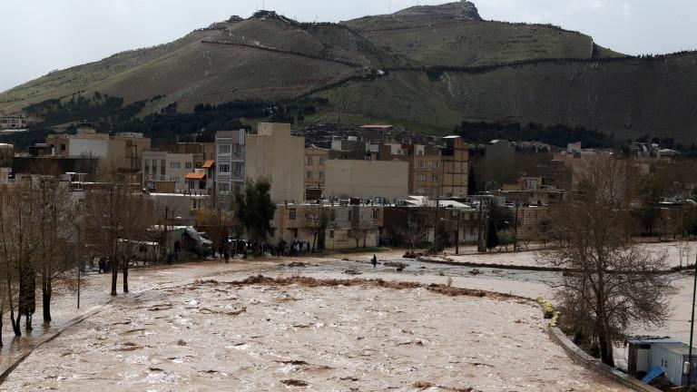 Снимка: 70 души загинаха при наводнение в Иран